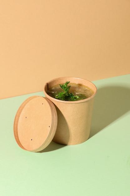 Gezonde kippenbouillon op bruin papier. verticaal formaat. creatieve minimale stijl. Premium Foto