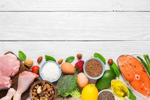 Gezonde koolhydraatarme producten. ketogeen keto dieet concept. bovenaanzicht Premium Foto