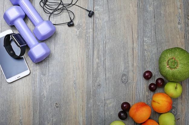 Gezonde levensstijl dumbbell slim horloge en fruit Gratis Foto