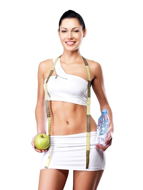 Gezonde levensstijl van een gelukkige vrouw met een slank lichaam na een dieet. sportieve teef met perfect figuur Gratis Foto