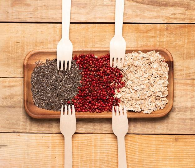 Gezonde maaltijd met houten vorken Gratis Foto