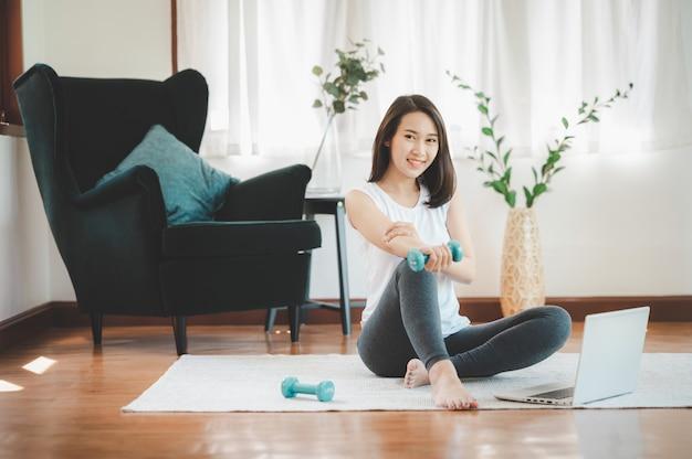 Gezonde mooie aziatische vrouwenzitting Premium Foto