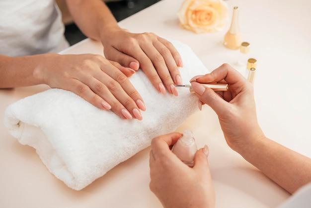 Gezonde mooie manicure en manicure Gratis Foto