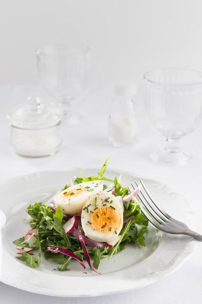 Gezonde salade met ei op een wit bordassortiment Gratis Foto