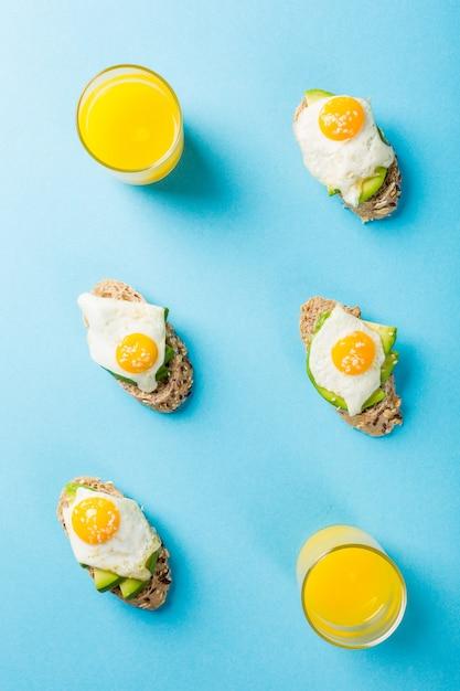 Gezonde sandwich met verse avocado en gebakken kwarteleitjes Premium Foto