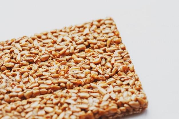 Gezonde snacks. fitness dieetvoeding. kozinaki beignet, zaden, energierepen. Premium Foto