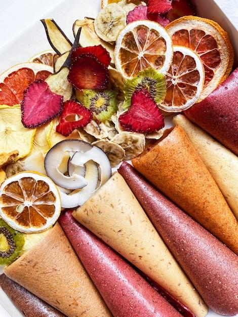 Gezonde snoepjes fruitleer en fruitchips. zoete pure fruitpastille op broodjes Premium Foto