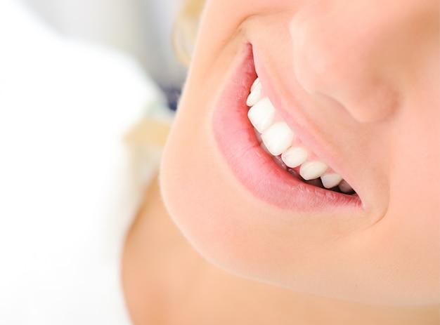 Gezonde tanden, mooie glimlach, jonge vrouw Premium Foto