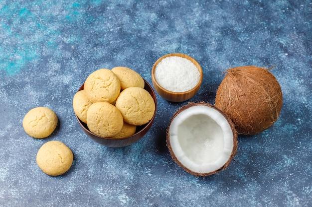 Gezonde vegan zelfgemaakte kokoskoekjes met halve kokosnoot Gratis Foto