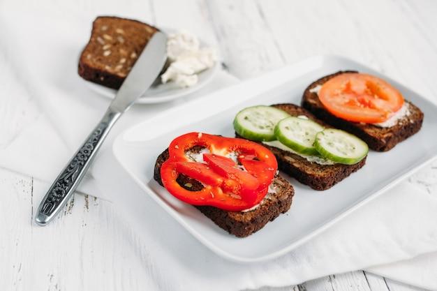 Gezonde vegetarische broodjes voor het ontbijt Premium Foto