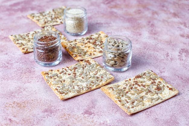 Gezonde vers gebakken glutenvrije crackers met zaden Gratis Foto