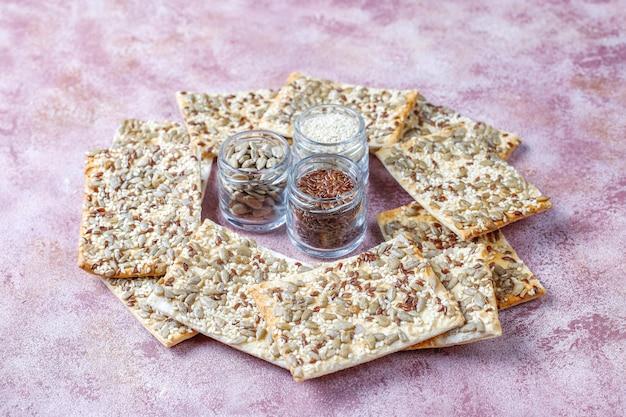 Gezonde vers gebakken glutenvrije crackers met zaden. Gratis Foto