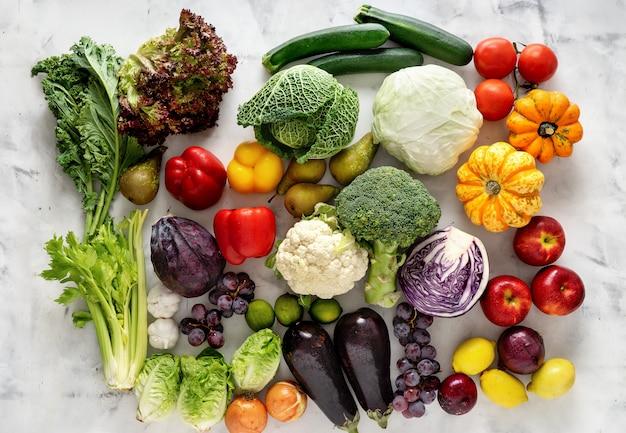 Gezonde voeding concept. groenten en fruit op lichte achtergrond Premium Foto