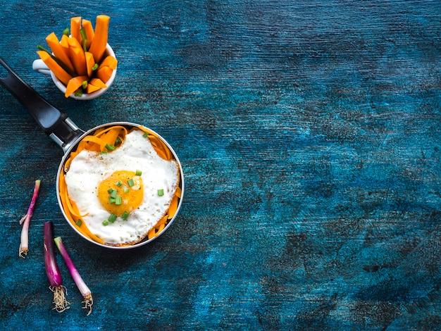 Gezonde voedselsamenstelling met gebraden ei Gratis Foto