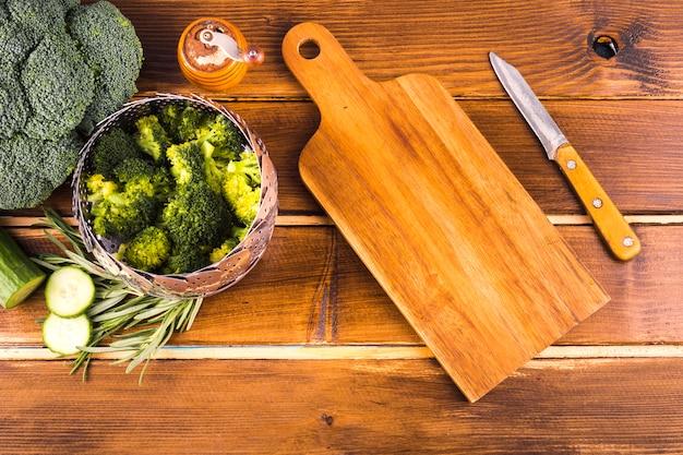 Gezonde voedselsamenstelling met keukengereedschap Gratis Foto