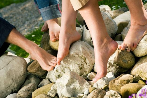 Gezonde voeten - op de stenen Premium Foto