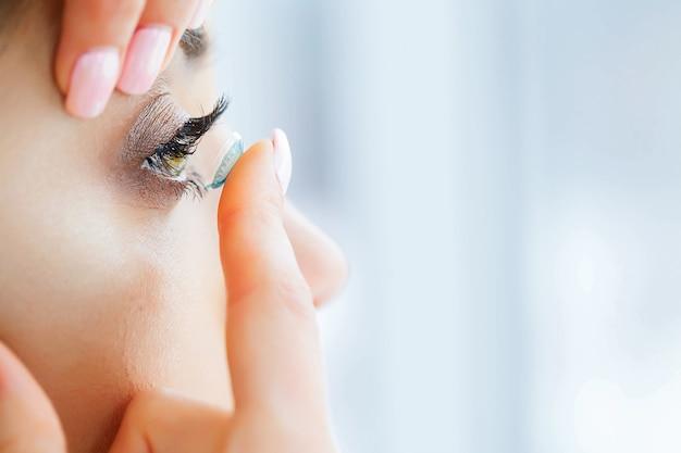 Gezondheid en schoonheid. het mooie jonge meisje met groene ogen houdt co Premium Foto