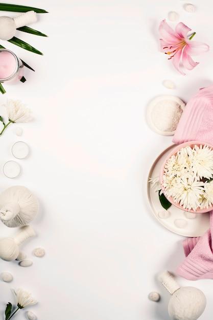 Gezondheid en schoonheid sjabloon met natural spa-producten op een witte achtergrond met copyspace Premium Foto