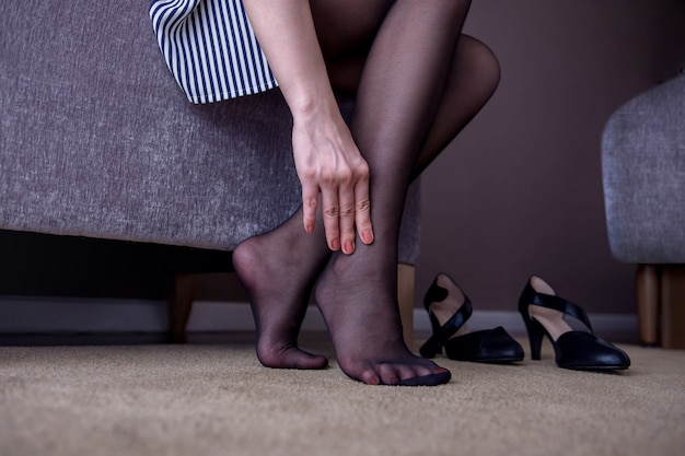 Gezondheidszorg concept. zakenvrouw lijdt aan pijn in enkel of voet Premium Foto