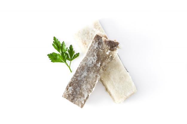 Gezouten gedroogde kabeljauw geïsoleerd op wit oppervlak typisch pasen eten Premium Foto