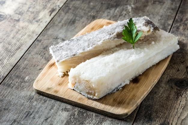 Gezouten gedroogde kabeljauw op witte houten tafel typische pasen gerechten Premium Foto