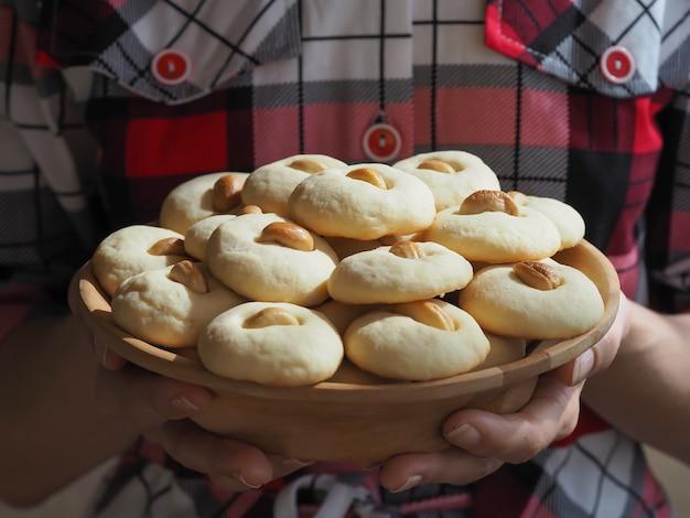 Ghorayeba snoepjes. eid eet. koekjes van el fitr islamic feast. ramadan snoep achtergrond. Premium Foto