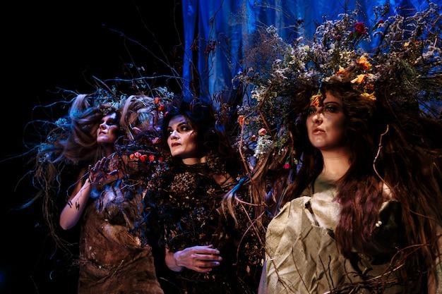 Ghost vrouwen staan op het podium Premium Foto