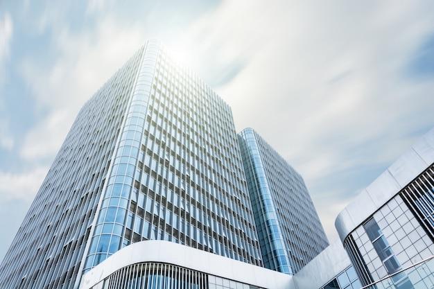 Giant gebouw met de zon boven Gratis Foto