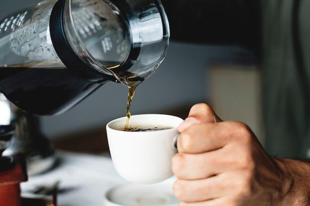 Gieten hete koffie drinken Gratis Foto
