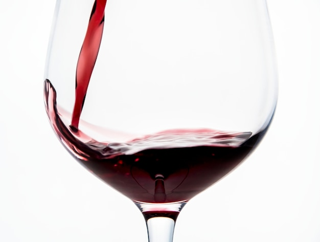 Gieten van een glas rode wijn Gratis Foto