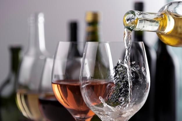 Gieten van wijn in glazen close-up Gratis Foto