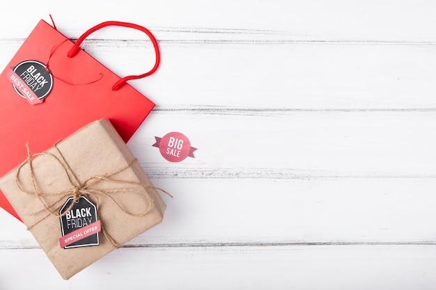 Gift en giftzak op houten achtergrond met exemplaar-ruimte Gratis Foto
