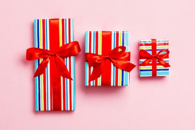 Giftdoos met rode boog voor kerstmis of nieuwjaarsdag op roze achtergrond, hoogste mening Premium Foto