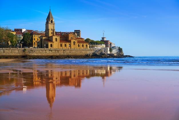 Gijon strand san lorenzo san pedro kerk asturië Premium Foto