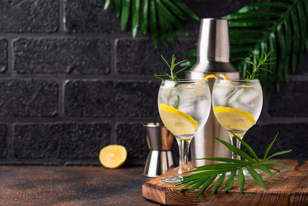 Gin tonic cocktail met citroen Premium Foto