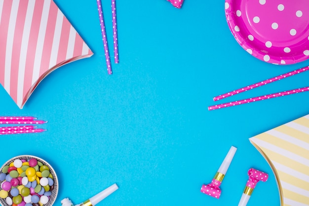 Girly verjaardagslevering met exemplaarruimte op blauwe achtergrond Gratis Foto
