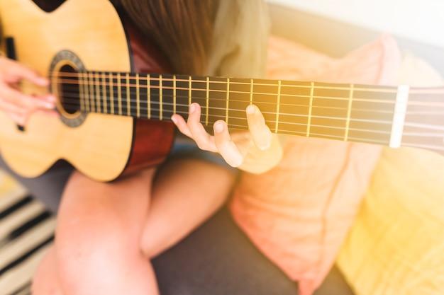 Gitarist hand gitaar spelen Gratis Foto