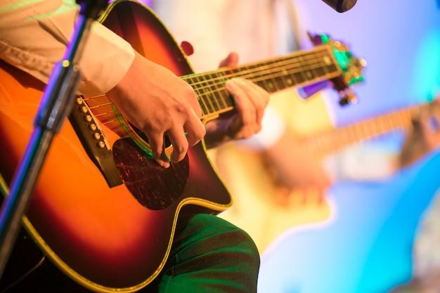 Gitarist op het podium voor achtergrond Premium Foto