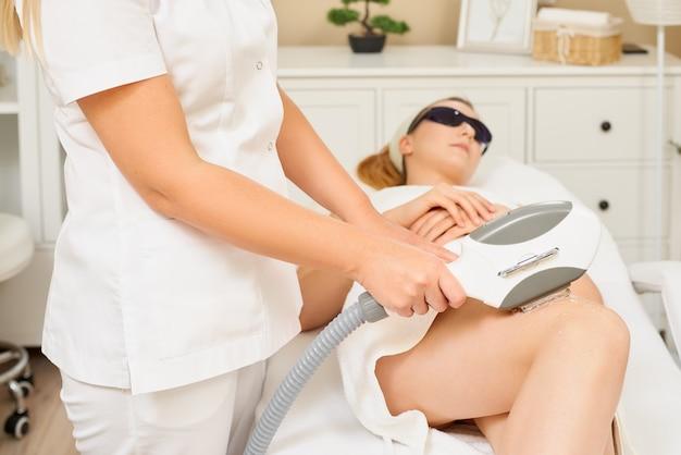 Gladde huid onder de armen. vrouw op laser ontharing Premium Foto