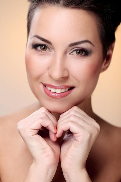 Glamour en prachtige brunette toont haar gezicht Gratis Foto