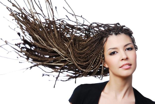 Glamour portret van sexy vrouw met wind slag schoonheid haar Gratis Foto