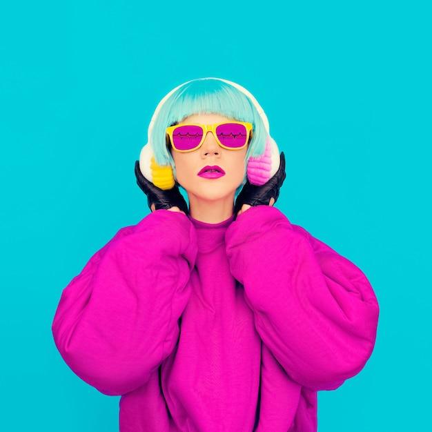 Glamoureuze mode dame in lichte kleding luisteren naar muziek. alle tinten muziek Premium Foto