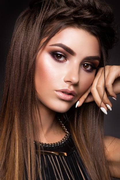 Glamourportret van mooi vrouwenmodel met verse make-up en romantisch kapsel. Premium Foto