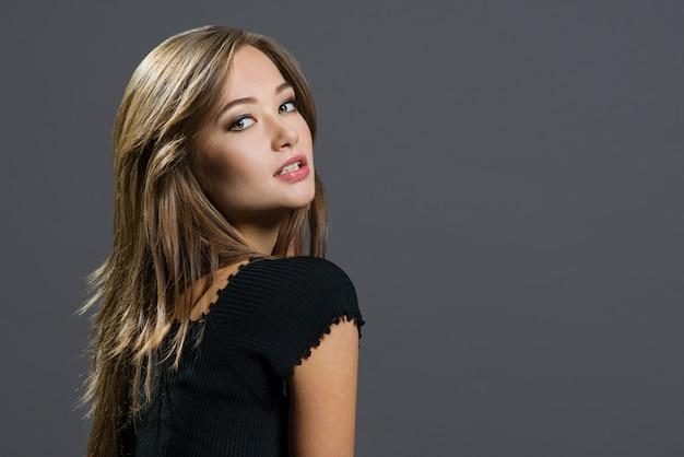 Glamourportret van mooie vrouw Premium Foto