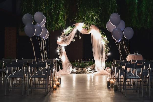 Glans bruiloft altaar voor pasgetrouwden staat op de achtertuin versierd met ballonnen Gratis Foto