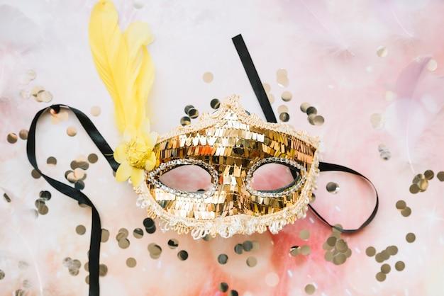 Glanzend gouden masker met veren Gratis Foto