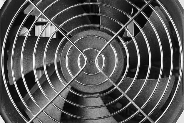 Glanzend metalen gaas over een plastic ventilator. Premium Foto