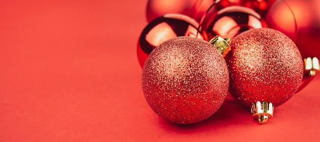 Glanzende kerstballen op een rode achtergrond Premium Foto