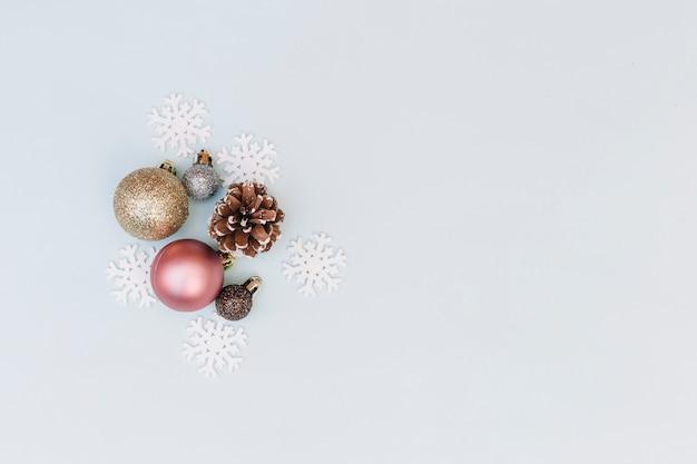 Glanzende snuisterijen met sneeuwvlokken Gratis Foto