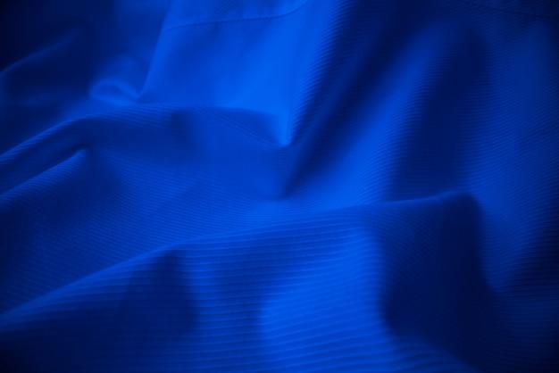 Glanzende stromende doektextuur in macroschot. Premium Foto